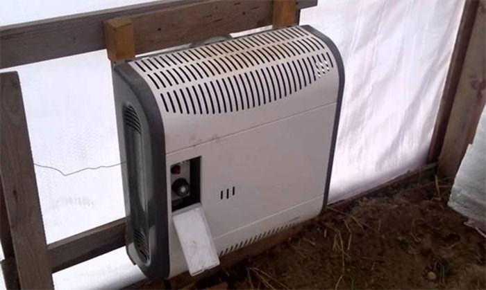 Наиболее суровая климатическая зона требует повышенного внимания к отоплению тепличного сооружения зимой