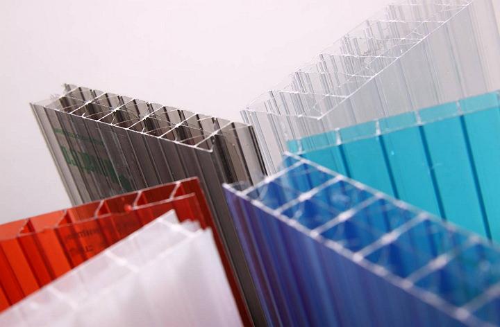 Теплицы из поликарбоната пользуются популярностью в наше время. Активно применяются разные виды указанного материала, отличающиеся плотностью листов