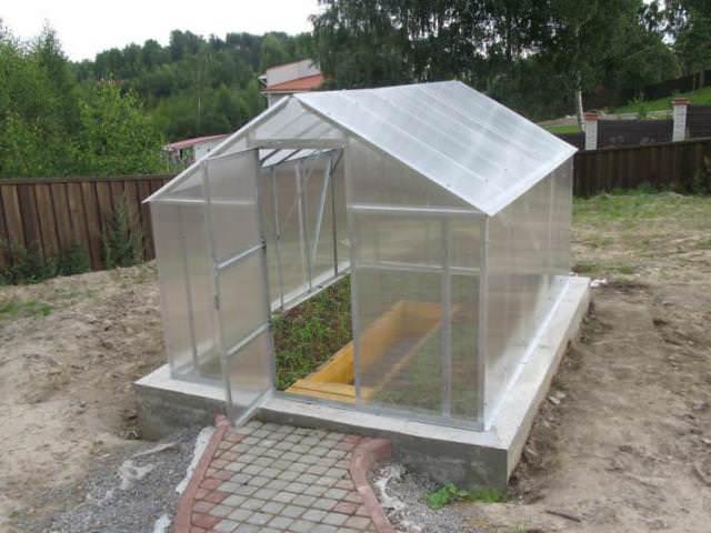 Если не сделать фундамент под теплицу, конструкция может быть снесена порывами ветра