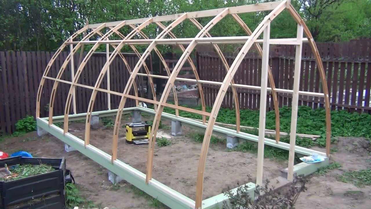 Качество используемых для каркаса материалов оказывает значительное влияние не только на долговечность всей конструкции, но и на урожайность любых выращиваемых в теплице сельскохозяйственных культур