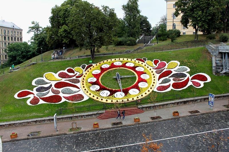 Современная цветочная клумба-часы – это очень оригинальный и практичный элемент декора