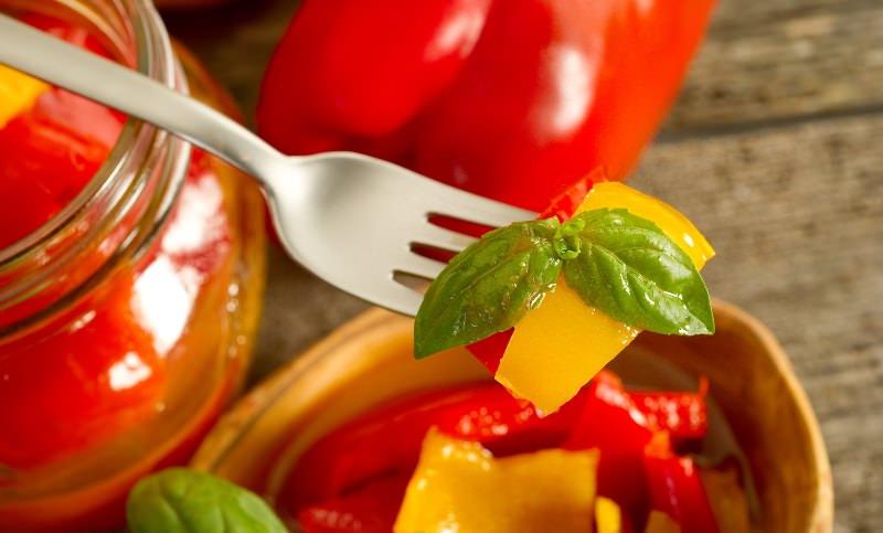 Болгарский сладкий перец и чили используют как солирующий ингредиент в салатах, добавляют в закрутки, применяют при готовке первых и вторых блюд
