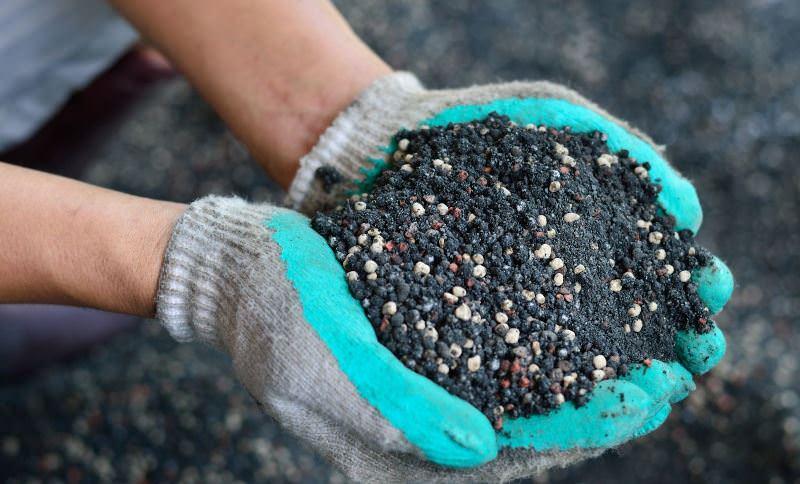 Применяется широко в любой период развития растения, как основное удобрение и для внекорневых подкормок