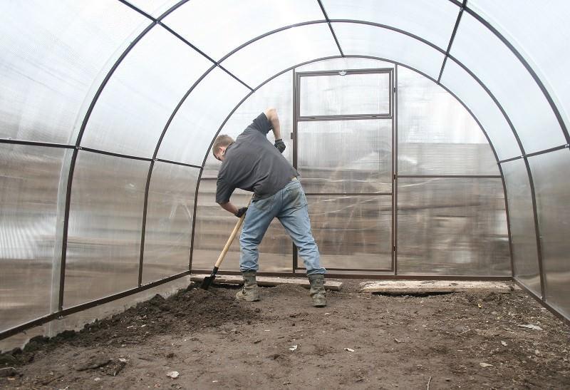 Готовить грунт в теплице следует с осени