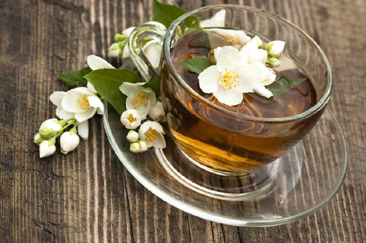 Цветы жасмина часто добавляют в чай
