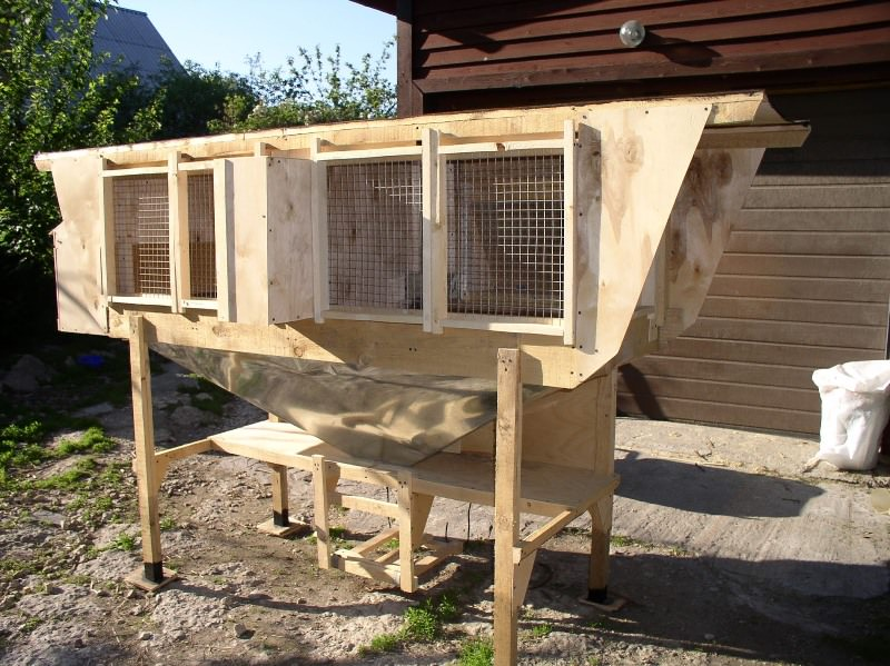 В данном случае не стоит обращаться в магазины, можно найти на рынках стройматериалов подходящие материалы из дерева среди отходов или делать клетки для кроликов из подручных средств