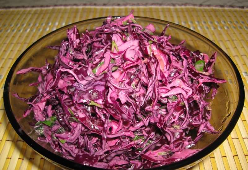 Простой и вкусный салат из красной капусты очень легко приготовить