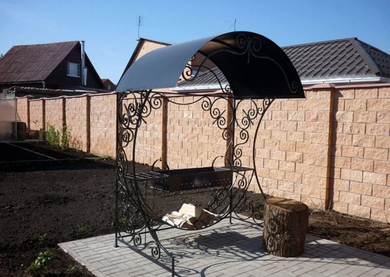 Для обустройства дачного мангала с крышей чаще всего используют металл