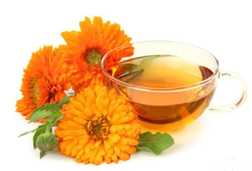Приготовление укрепляющего чая для поддержания здоровья предусматривает заваривание 1 чайной ложки измельчённых цветков