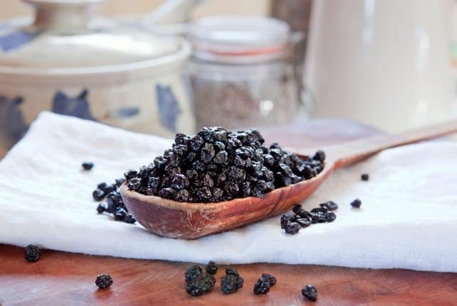 Сушёные ягодки применяются для окрашивания вин и ликёров