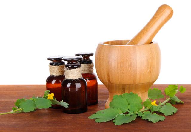 С помощью масла чистотела можно очищать кожу, препятствуя возникновению различных кожных заболеваний