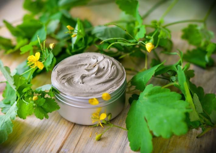 Мази из чистотела показывают высокий результат при лечении воспалительных и инфекционных процессов на коже