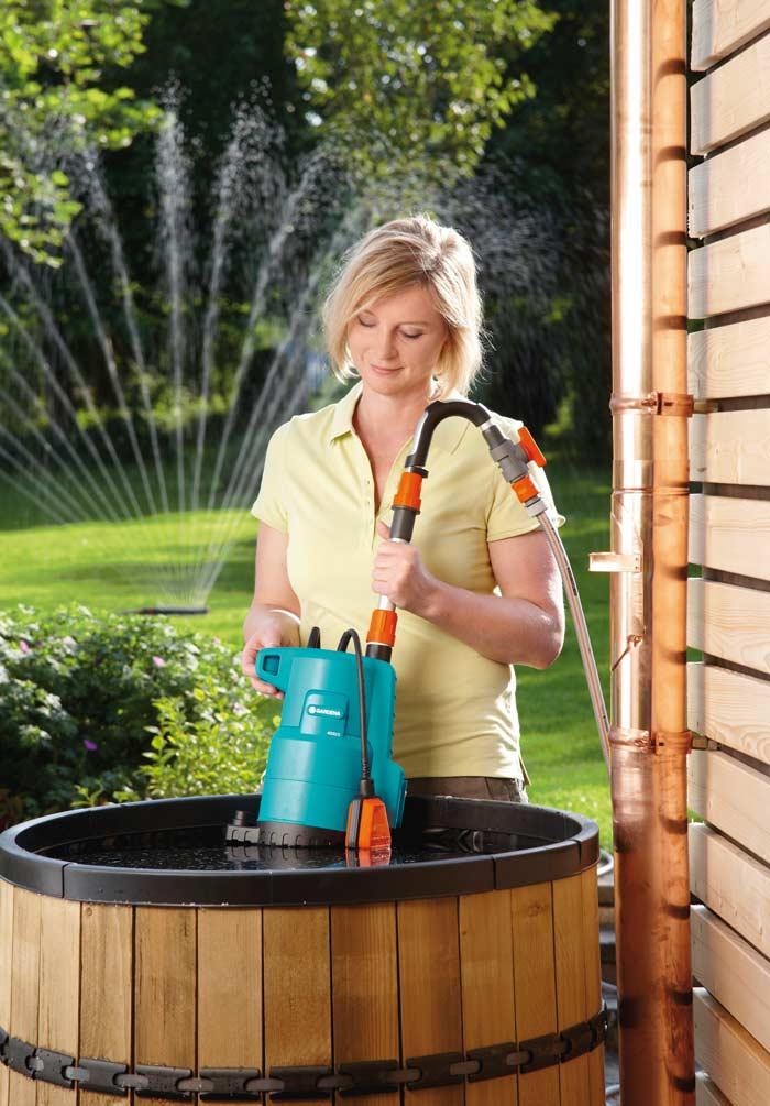 Насос для полива из бочки достаточно прост в эксплуатации. Оборудование следует устанавливать вертикально с погружением насосной части в воду