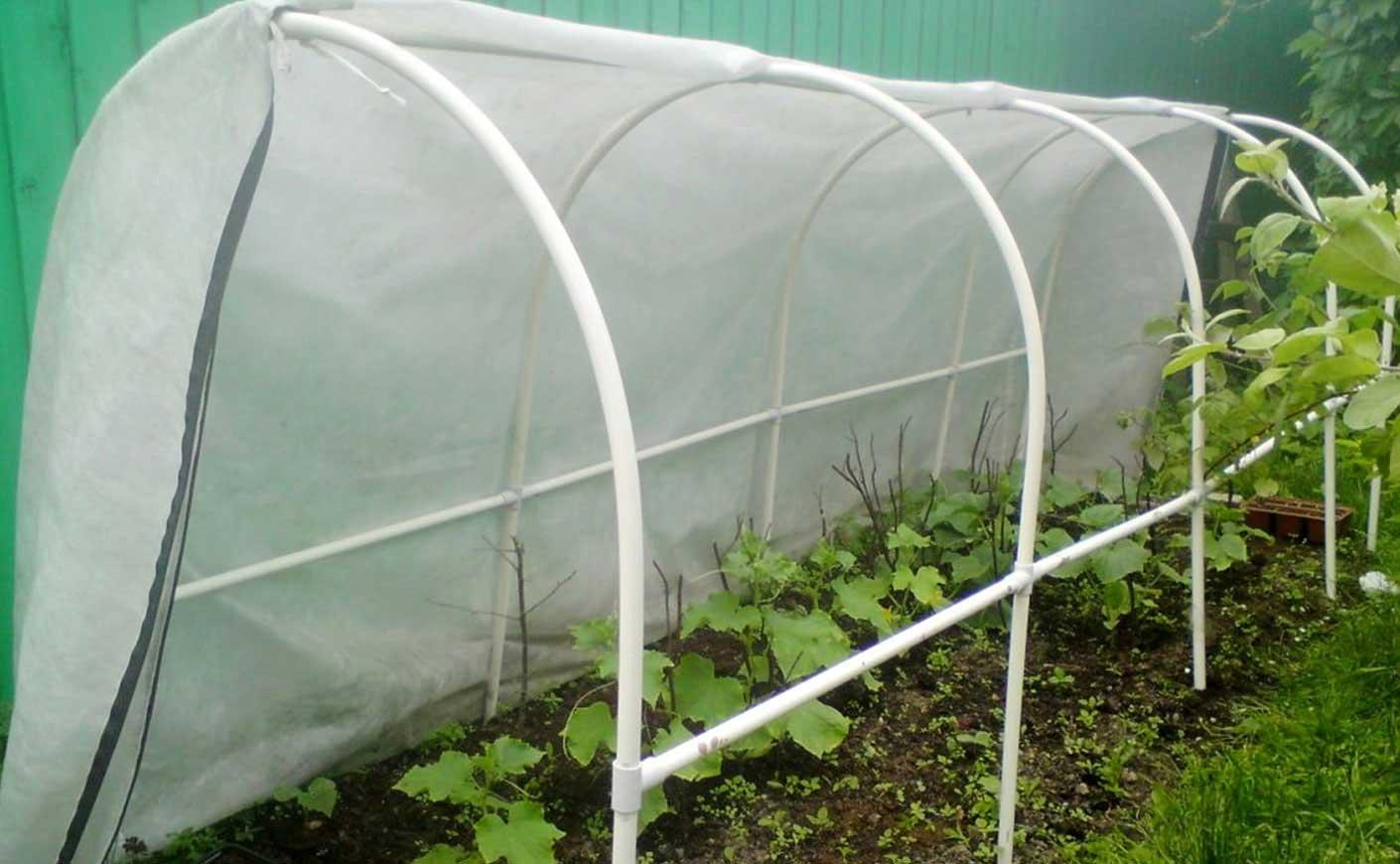 Каркас из пвх подходит для выращивания огурцов, но микроклимат в парнике придется поддерживать самостоятельно