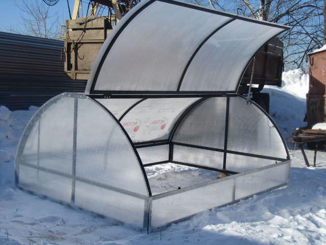 Подготовленной теплице зима угроз не создаст. Лишь регулярно счищайте с нее снег