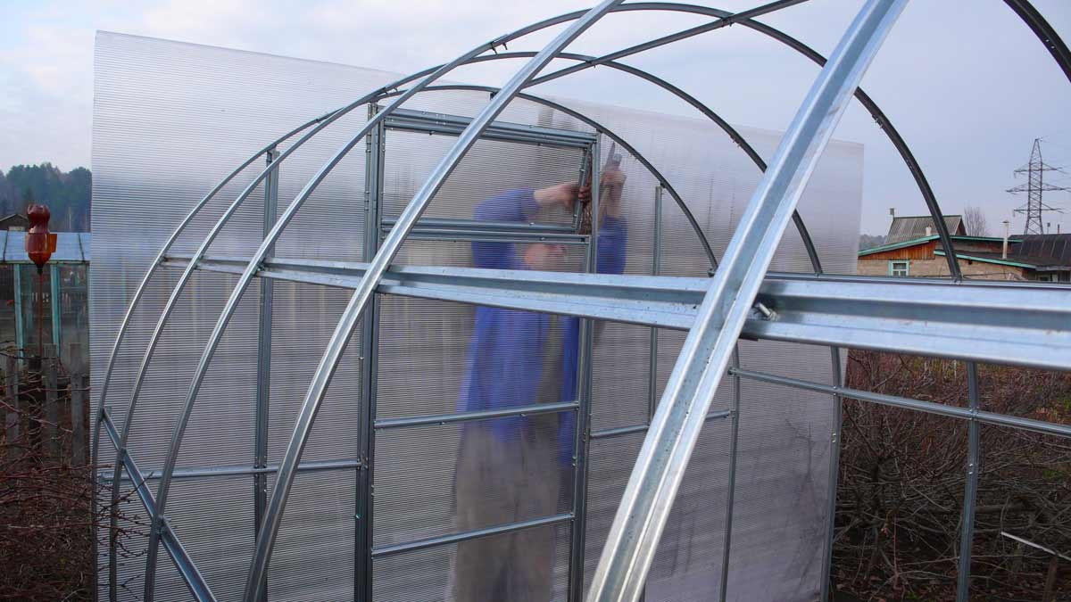 Чаще всего крепление поликарбоната необходимо при обустройстве тепличных и парниковых сооружений