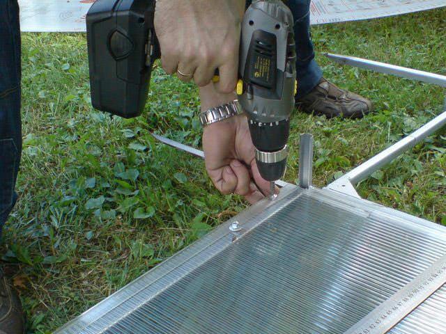 Традиционный вид крепежа для листового поликарбоната при закреплении к каркасу представлен специальными саморезами, которые могут быть использованы для работ по дереву и металлу