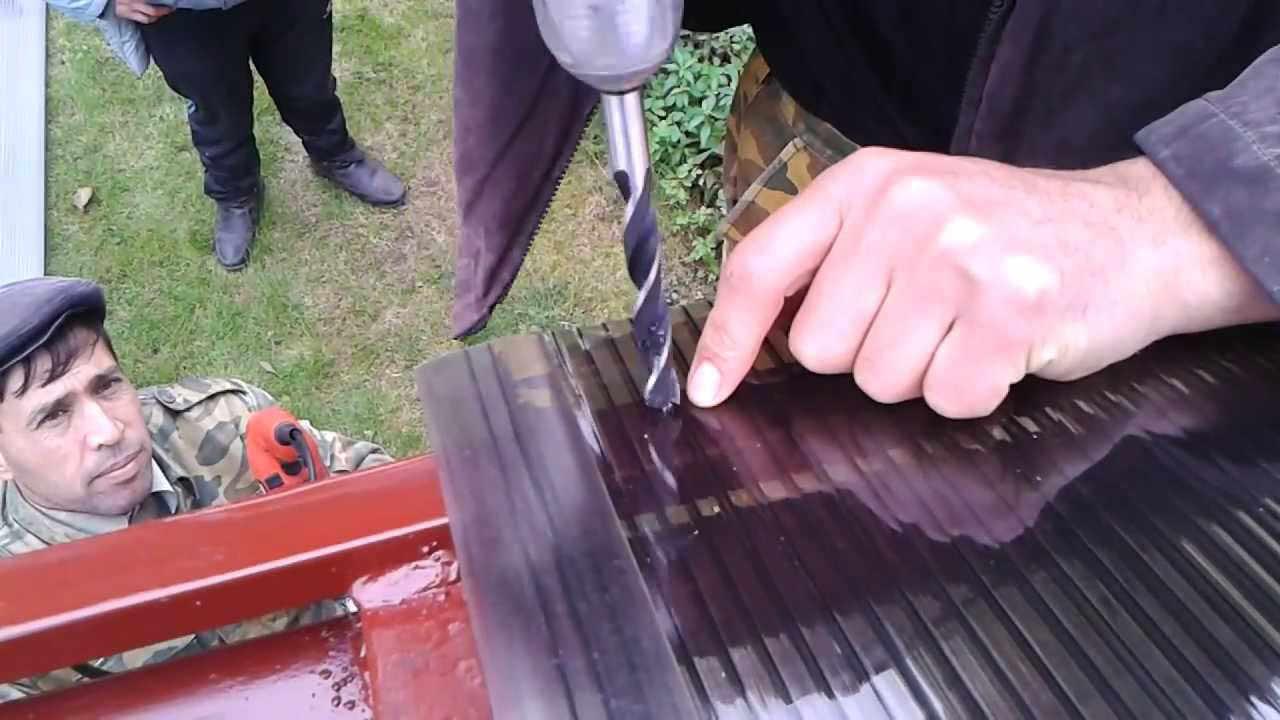 Лучше всего выполнять отверстия под саморезы для листового поликарбоната между рёбрами. Стандартные показатели расстояния от кромки листового пластика до просверливаемого отверстия составляют порядка сорока сантиметров