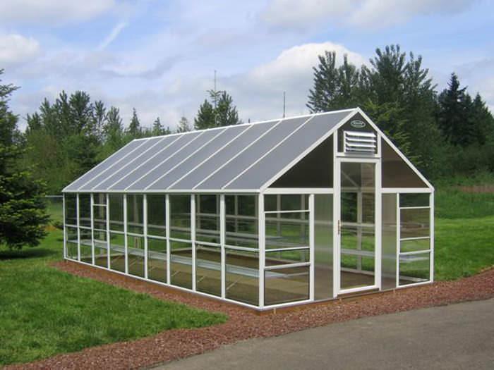 Современные теплицы из ПВХ-профиля относятся к категории практичных и функциональных конструкций, предназначенных для выращивания теплолюбивых растений