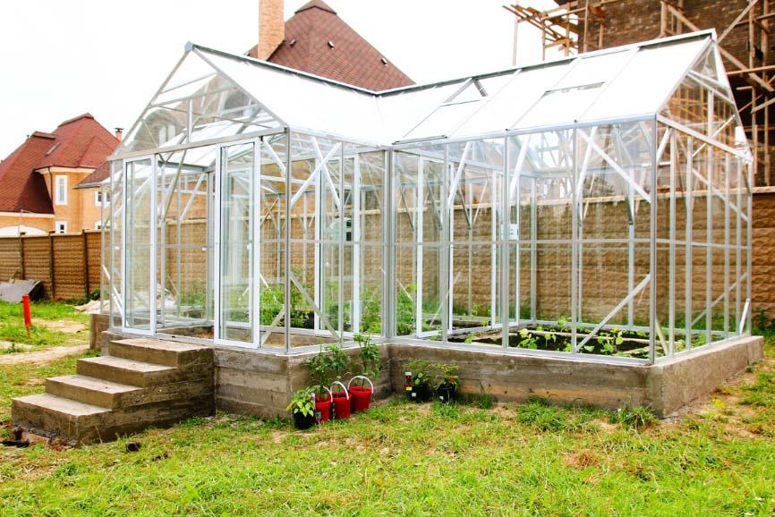 Фермерские теплицы должны обладать тамбуром, препятствующим проникновению холодного или теплого воздуха в помещение и из него