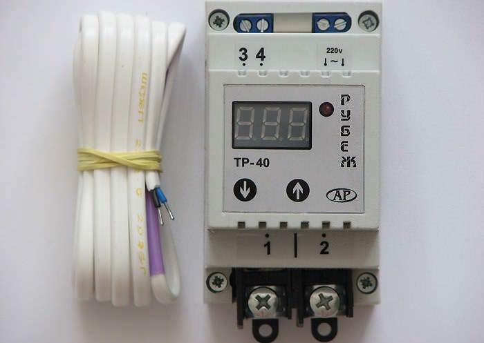 Электронный термостат имеет жидкокристаллический дисплей, что дает возможность получать точную информацию о состоянии температуры в теплице