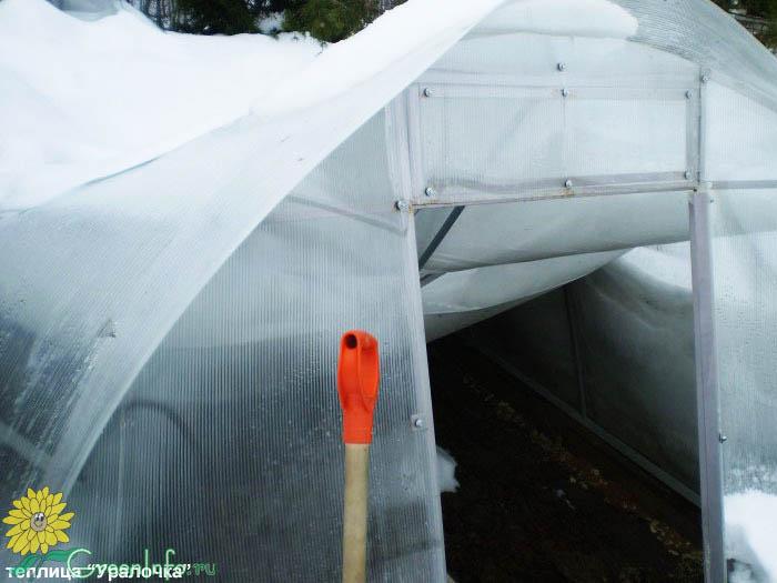 Учитывайте природные условия вашей местности, ведь теплица может выдержать не более 20 кг снега на кв. м