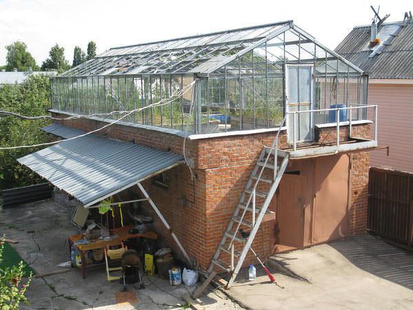 При установке конструкции на крыше дома стоит правильно рассчитать и несущую способность перекрытия. Просмотрите документы на дом или вызовите специалиста