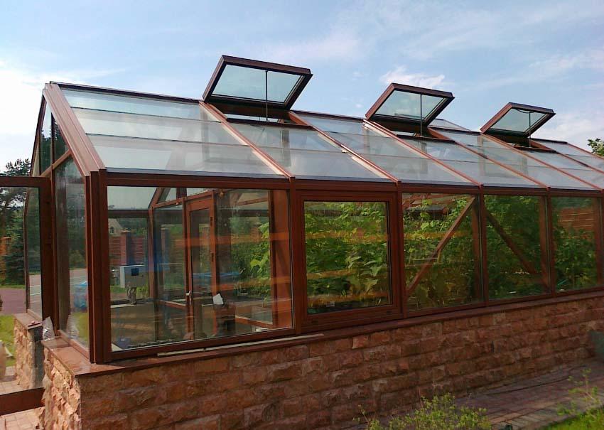 Теплица со стеклом очень быстро прогревается под воздействием солнечных лучей и такая конструкция требует обустройства максимально качественной вентиляции