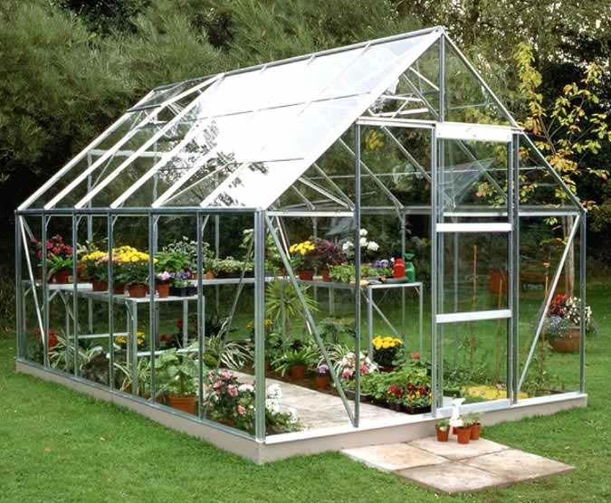 Теплицы из стекла характеризуются как конструкции, способствующие созданию максимально благоприятного для роста и развития большинства растений микроклимата