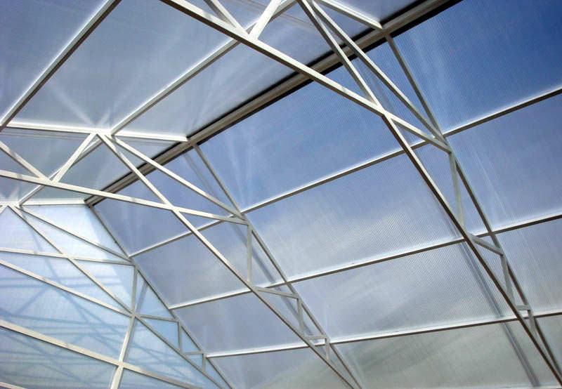Самыми востребованными алюминиевыми конструкциями являются арочные и двускатные теплицы