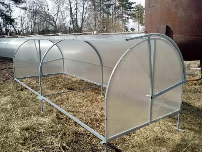 Нестандартная форма крыши не способна задерживать снежные массы в зимний период. Конструкция абсолютно мобильна и при необходимости может быть легко перемещена на любой участок