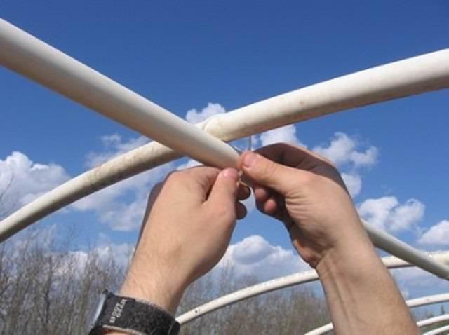 Когда скрепление всех дуг с обеих сторон выполнено, делаем ребро жесткости поверху теплицы