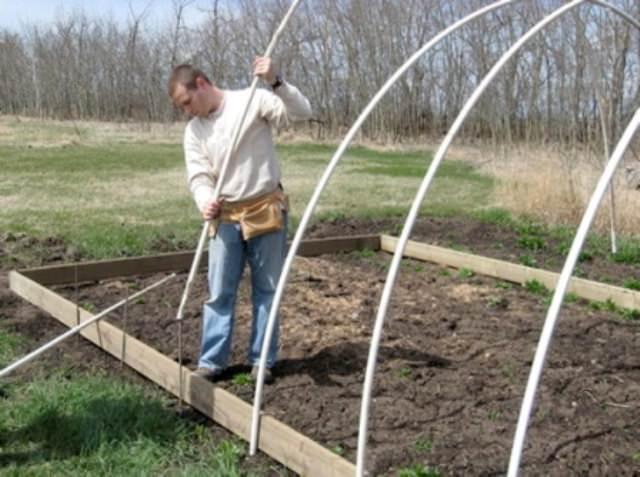 Если грунт твердый и штыри в нем крепко сидят, то можно сделать их и покороче – 50 см. Снаружи должно оставаться от 30 до 40 см.