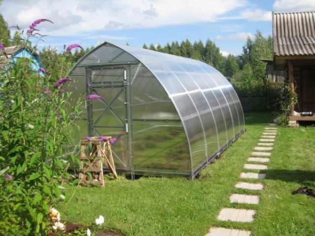 В «Дачной Стрелке» используется поликарбонат только марки «Sellex», имеющий светостабилизирующий слой, отлично защищающий растения от излишней солнечной радиации в знойные дни