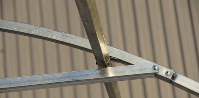 Каркас выполняется из профильных металлических труб, между собой они соединяются хомутами