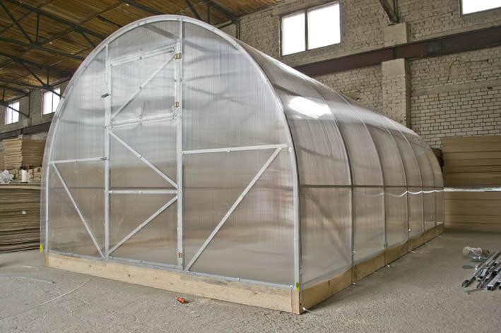 Конструкция «Урожай Элит» имеет арочную форму. Каркас теплицы состоит из профильных стальных труб, оцинкованых с обеих сторон