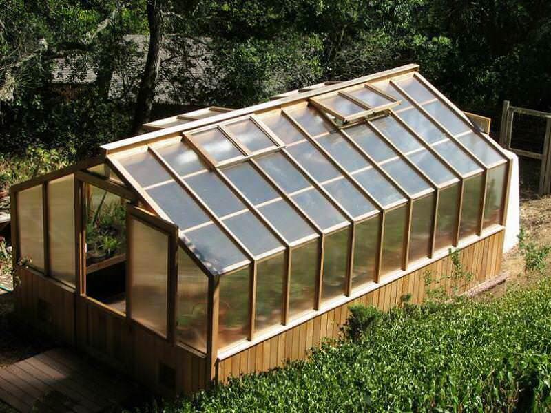 Для использования во время дачного сезона можно построить небольшую двускат¬ную теплицу