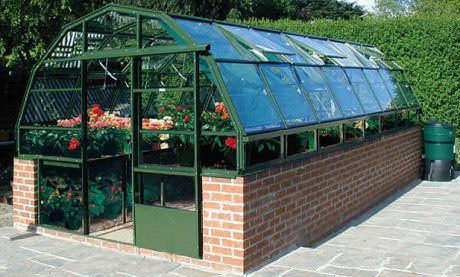 Для создания каркасной конструкции под оранжерею целесообразно использовать ленточный тип фундамента. Стеновые и потолочные поверхности можно выполнять на основе стеклянных пластиковых окон