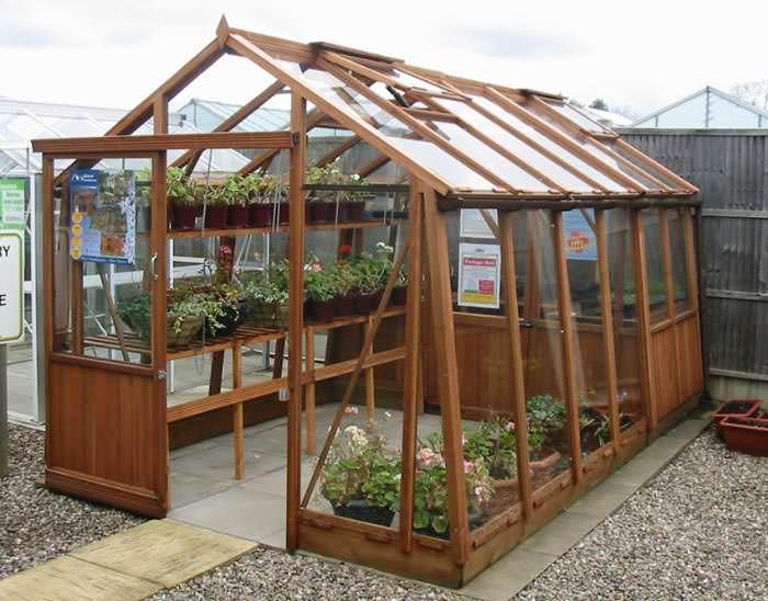 Дизайнерские решения предполагают использование при обустройстве теплицы древесины, которая гармонично дополняет растения, но не подходит для использования в условиях высокой влажности